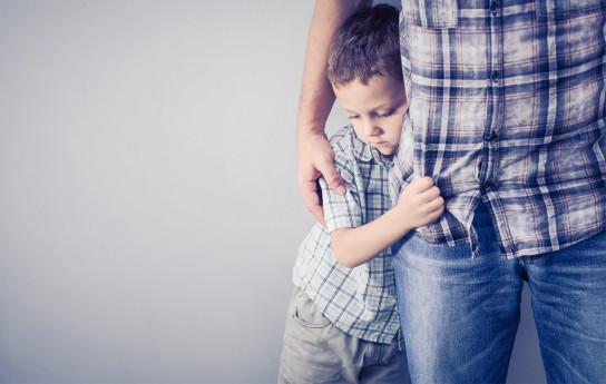Lapsi ujostelee – älä tee tätä pahaa virhettä