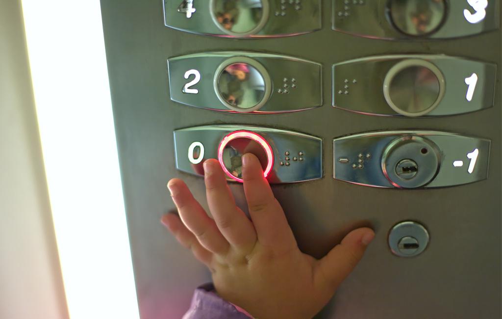 Valvo lasta hississä – vältä onnettomuudet