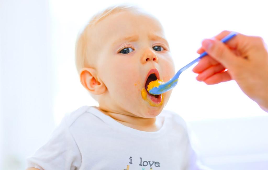 Syyllistytkö purkkiruoan syöttämisestä vauvalle? Tämän takia se on turhaa!