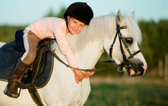 Näin ratsastusterapia auttaa lasta