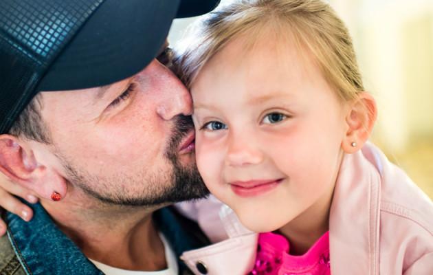 esko eerikäinen, 41 Ammatti: Radiotoimittaja Perhe: Tytär Victoria, 5 Asuu: Helsingin Etu-Töölössä