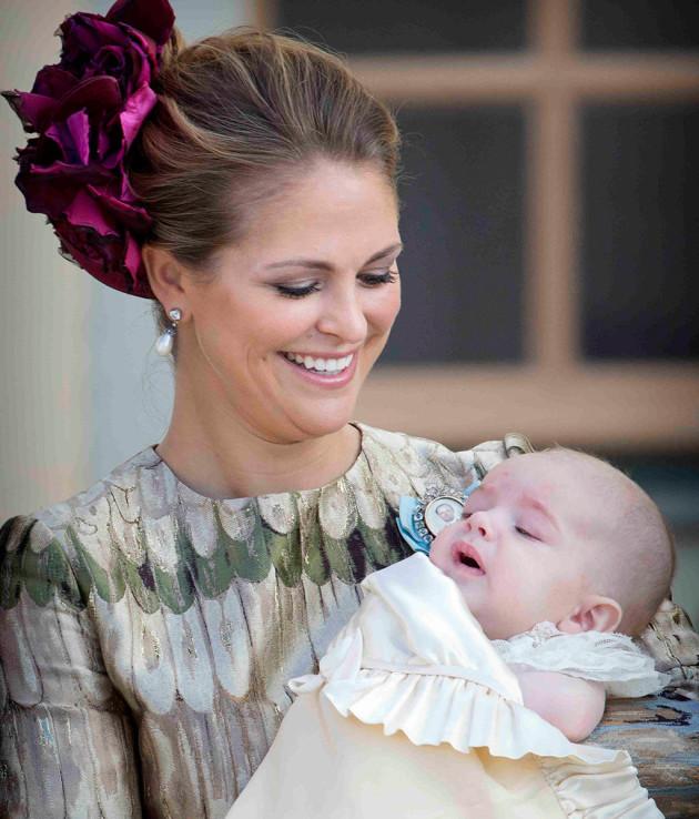 Prinsessa Madeleine katsoo ylpeänä poikaansa prinssi Nicolasta.