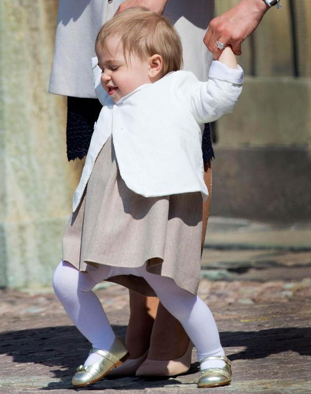 Prinsessa Leonore, 1, haluaisi jo kovasti kulkea omia polkujaan.