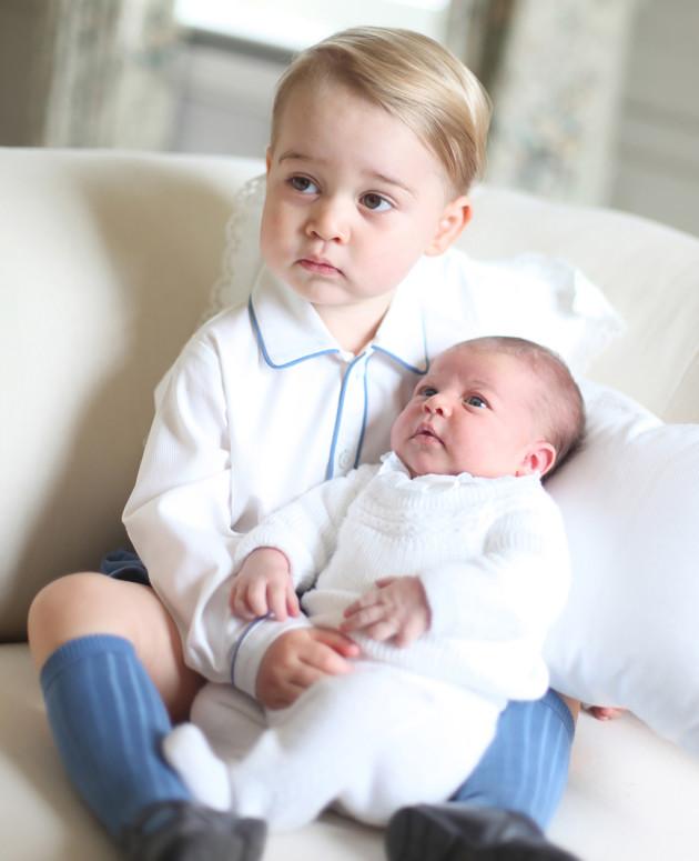 Englannin prinssi George pitää hellästi huolta pikkusiskostaan prinsessa Charlottesta.