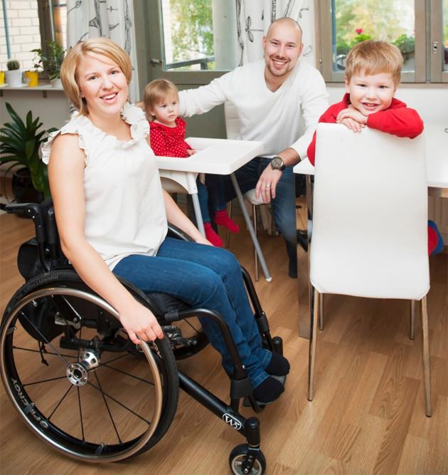 Reeta ja Henri Lindeman elävät Tomin ja Lean kanssa tavallista lapsiperhearkea.