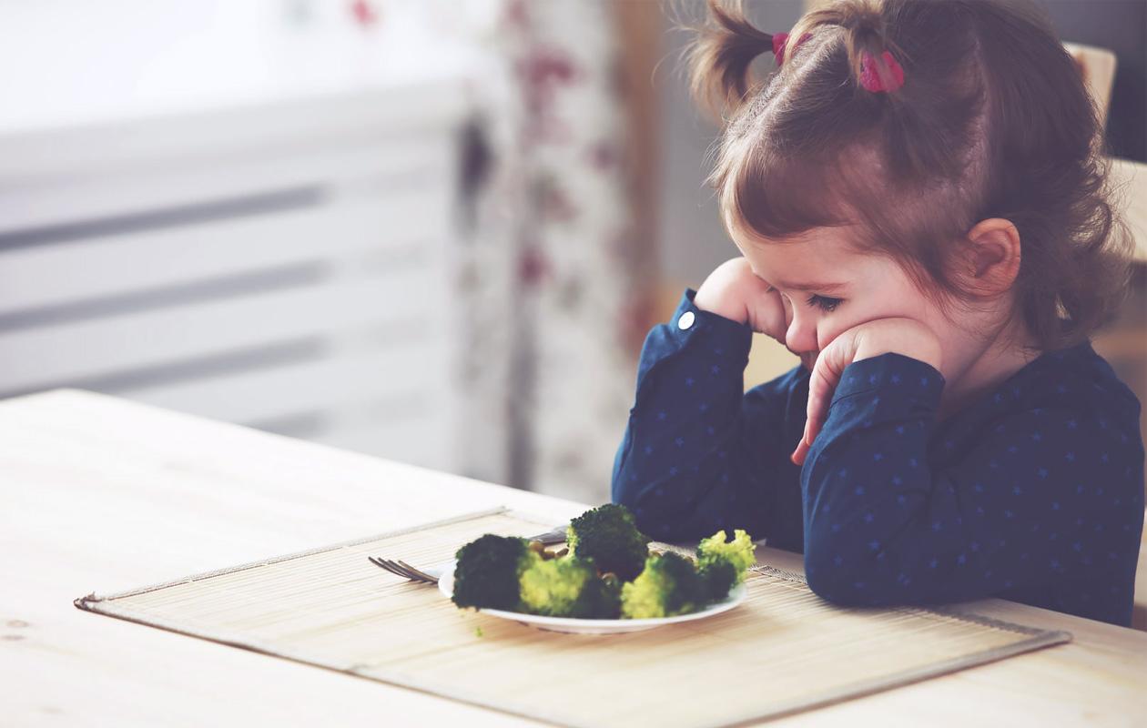 Miten auttaa nirsoa lasta syömään erilaisia ruokia?