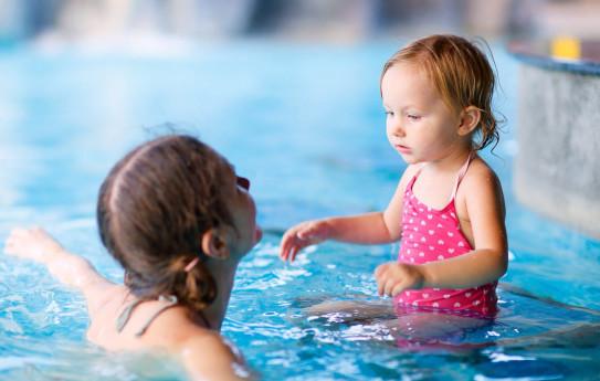 Miten ja milloin opettaa lapsi uimaan?