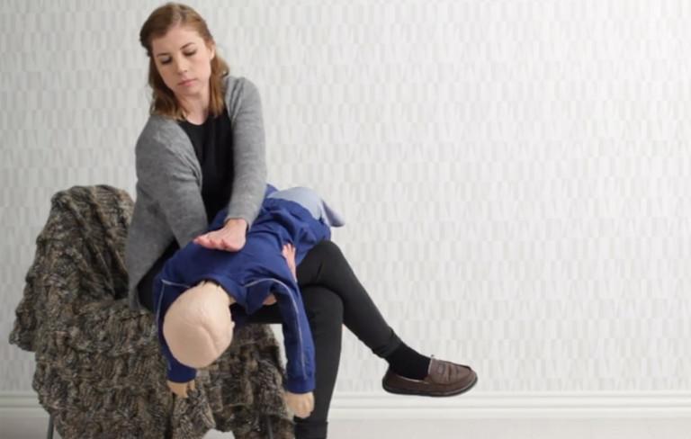 Ensiapu: Näin poistat tukoksen lapsen hengitysteistä – Katso video!