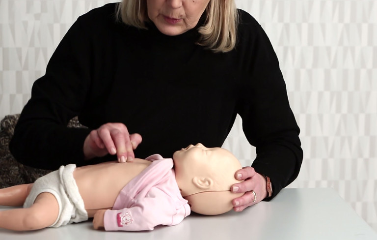 Näin elvytät vauvan painelu-puhallus-tekniikalla