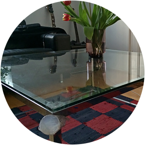 Repsottava suoja pöydänkulmassa