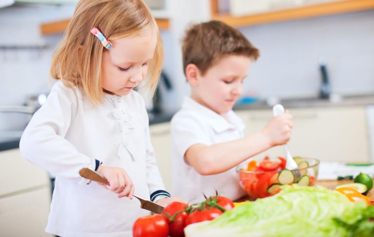 Ruoanlaitto lasten kanssa: Näin kasvatat apukokin