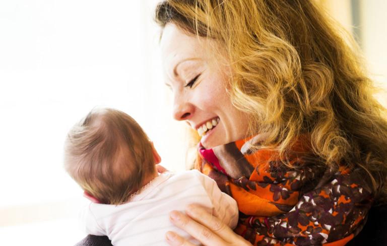 Vauvakuiskaaja auttaa synnytyksen jälkeen Kaksplus