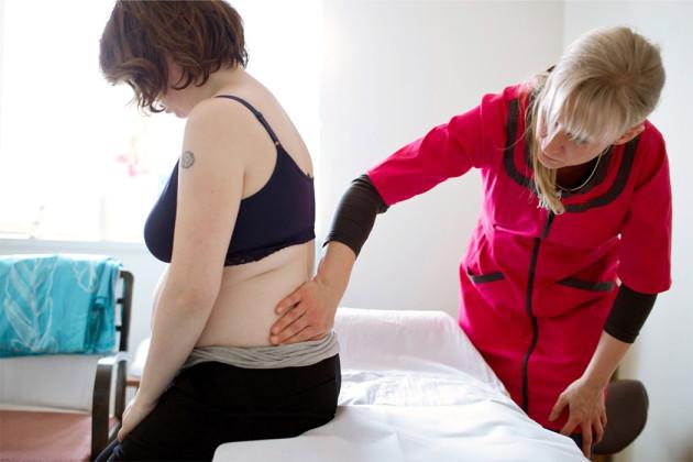 Toimittaja testasi: vyöhyke- ja kasviterapia auttaa odottajan lihasvaivoihin