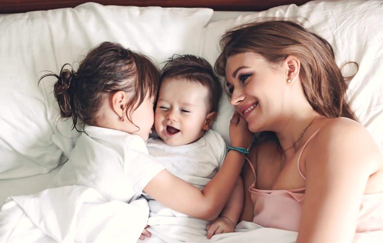 Näin pärjäät vauvan kanssa, kun kotona on myös taapero