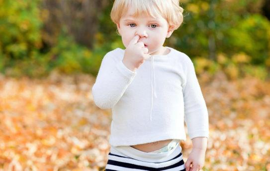 Lapsi kaivaa koko ajan nenää, mitä teen?