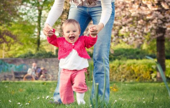Näin edistät vauvan kävelemään oppimista