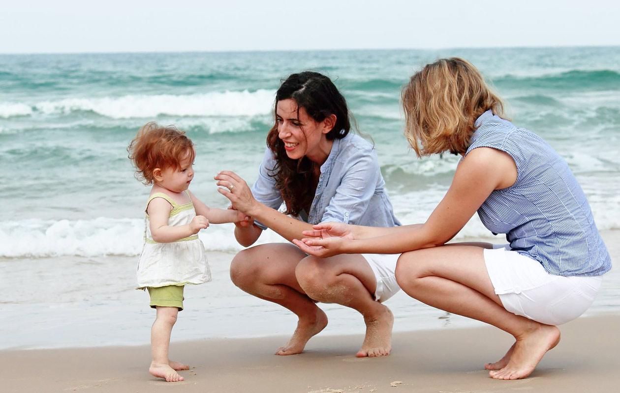 Tästä äitiyslaissa olisi kyse: Sateenkaariperheen sisäinen adoptio on tuskastuttavan pitkä prosessi