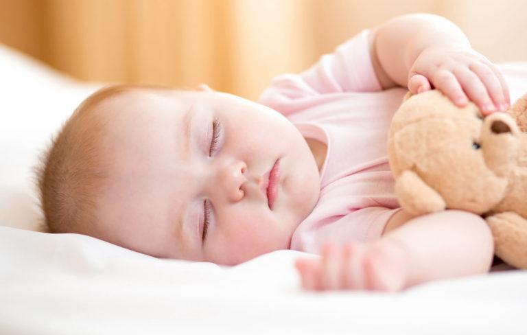 Näin vauva oppii nukkumaan läpi yön