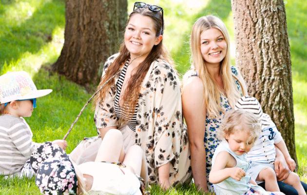 Siskoksia Emiliaa ja Eveliinaa yhdistää nykyään bloggaaminen ja äitiys.