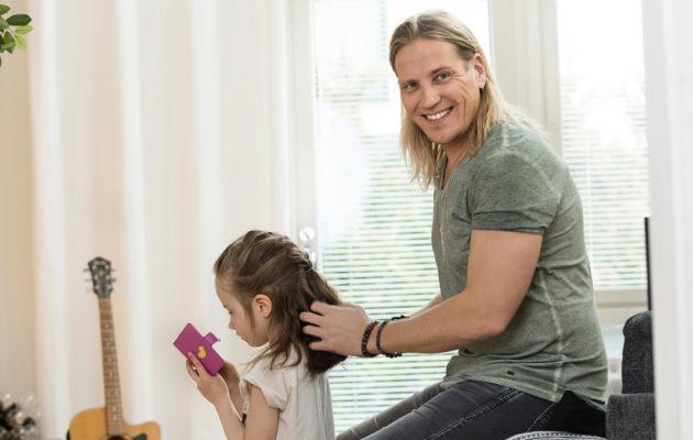 Sami Kuronen tykkää letittää tyttärensä Oonan paksuja hiuksia. – Innostuin letittämisestä, kun Radio Suomipopin studiossa kävi vieraana letittävä isä Matti Airola. Kalanruotoletti on yksi suosikeistani.