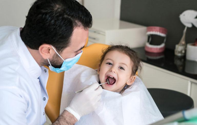 Helpota lapsen ensimmäisen hammaslääkärikäynnin jännitystä