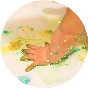Vauvan värikylpy kylpyhuoneessa