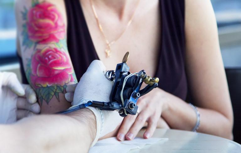 Voiko raskaana ottaa tatuoinnin?