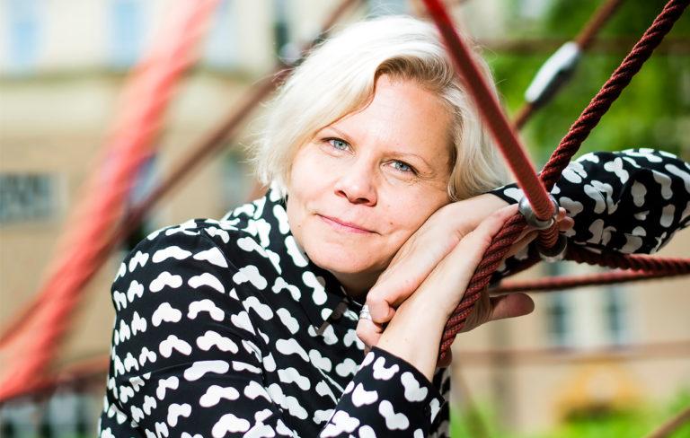 """Kirjailija Paula Noronen: """"Lapseni opettavat minulle läsnäoloa"""""""