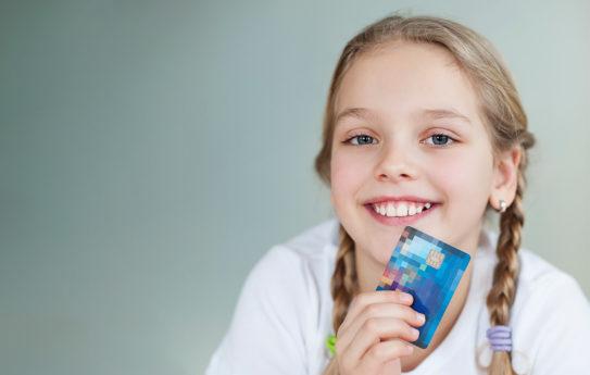 Lapselle pankkikortti, miksi? Asiantuntijat vastaavat