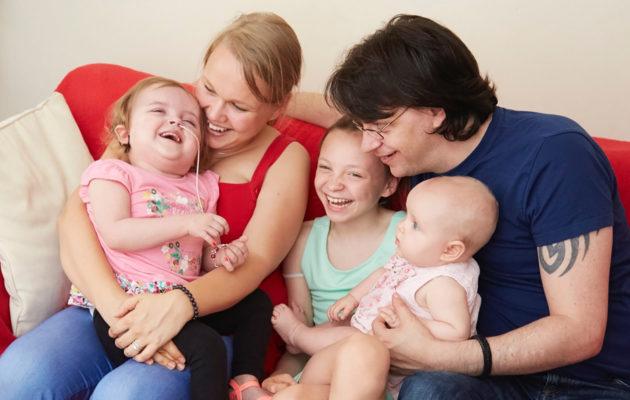 Maiju ja Dan Elsan, Rubyn ja Anna-vauvan kanssa.