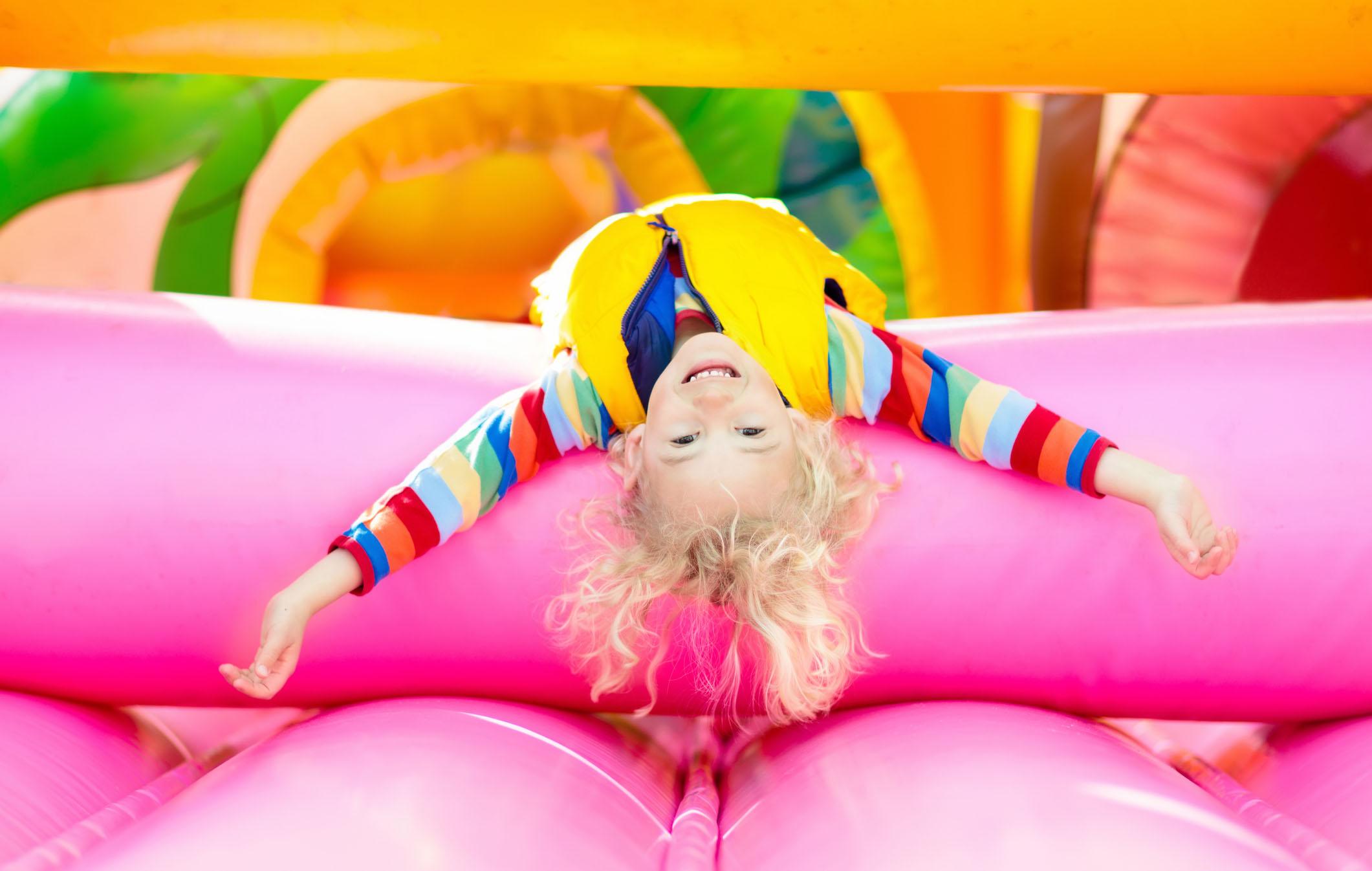 Lastensynttärit ohjelma: trampoliinipuistot ovat suosittuja vaihtoehtoja.