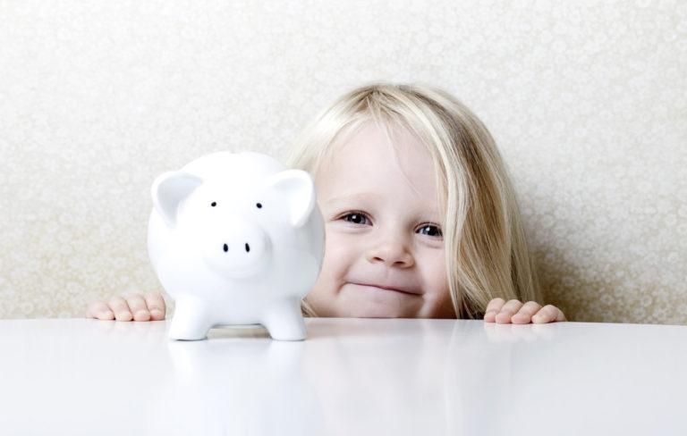 lapsi ja säästöpossu säästäminen