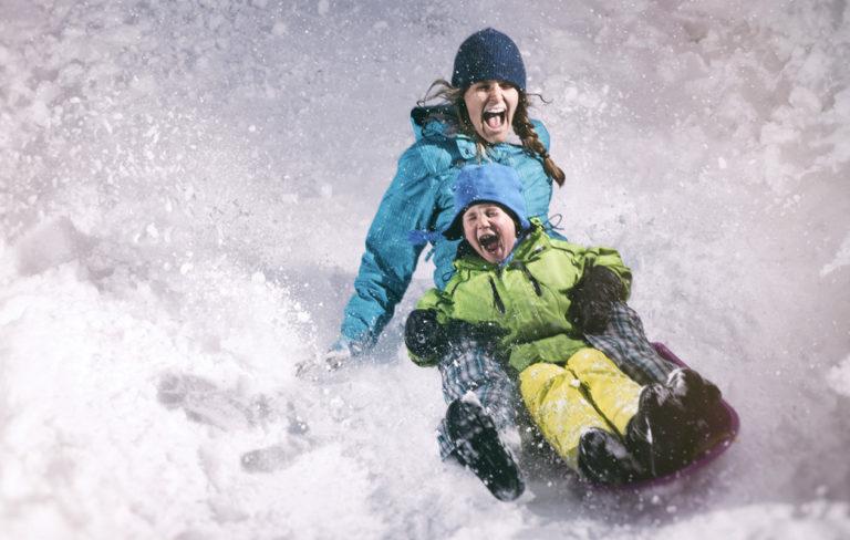Äiti ja lapsi testaavat lapsen aktiivisuusranneke