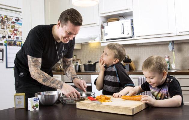 Serko Rantanen ja pojat Sulo ja Toivo valmistavat kanapullia. Serkon mielestä lapsia ei tarvitse pakottaa avuksi keittiöpuuhiin, jos se ei heitä kiinnosta. Ruoanlaiton oppii kyllä aikanaan.