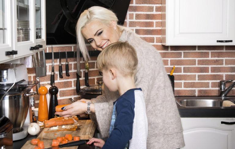 Kaisa Liski valmistaa ruokaa yhdessä poikansa kanssa