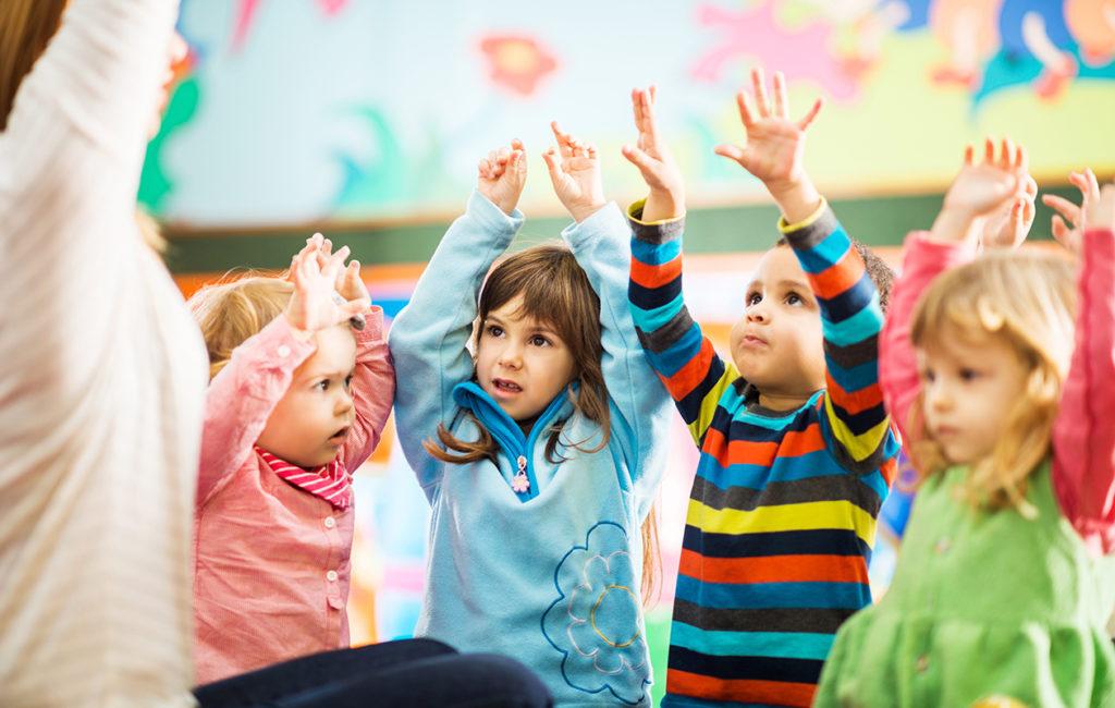 Lapset leikkii päiväkodissa
