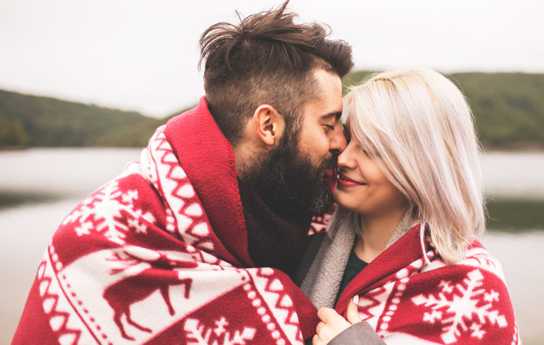 pariskunta suutelee ulkona