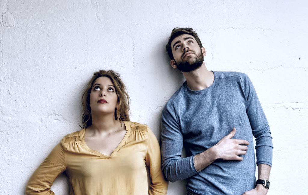 nainen ja mies seisovat mietteliäänä