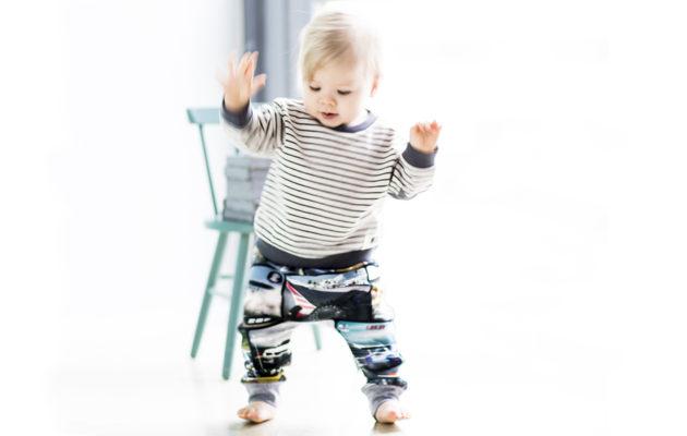 Emil, 10 kuukautta, harjoittelee jo pikku hiljaa pystyasentoa ja kävelyä. Paljain varpain lattiaan saa hyvän tuntuman.