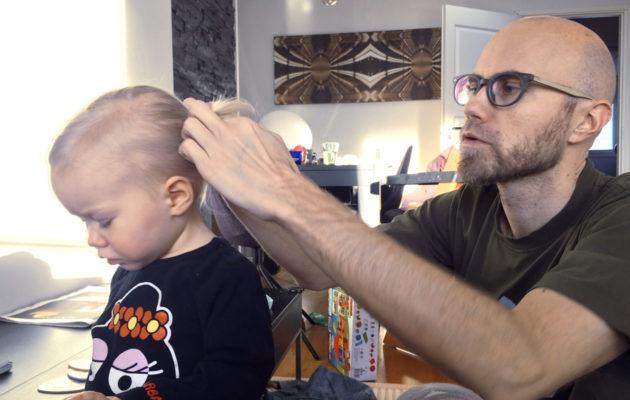 Heikki Soini letittää tyttärensä hiuksia
