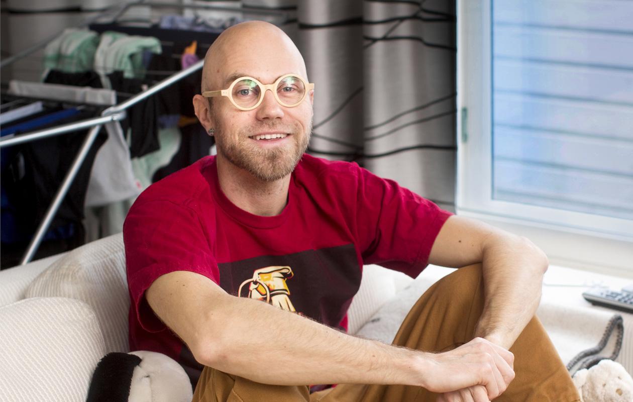 Heikki Soini istuu iloisena sohvalla