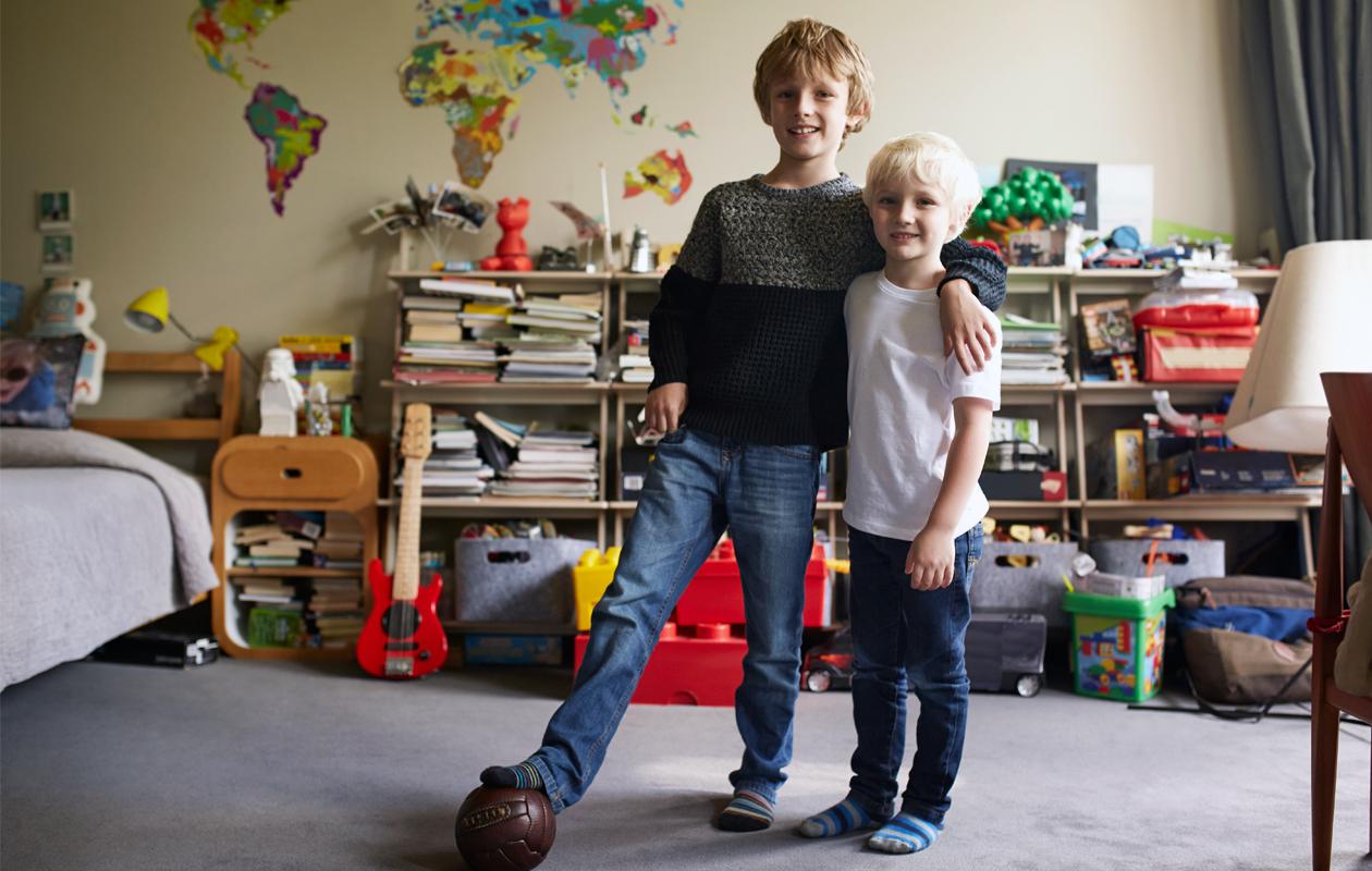 kaksi poikaa lastenhuoneessa
