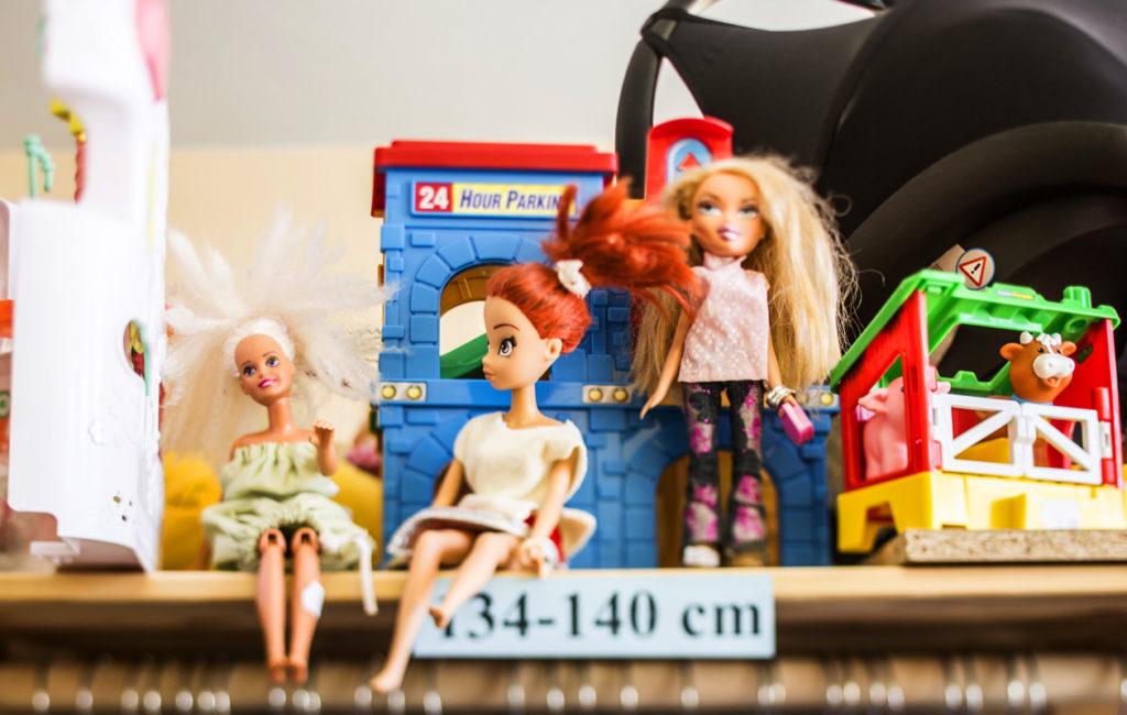 lasten nukkeja kirpputorin hyllyllä