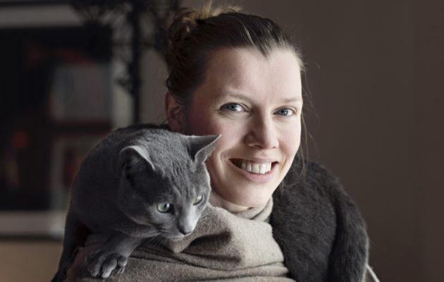 Joogaopettaja Noora Lintukangas on todellinen ruuhkavuosien asiantuntija.