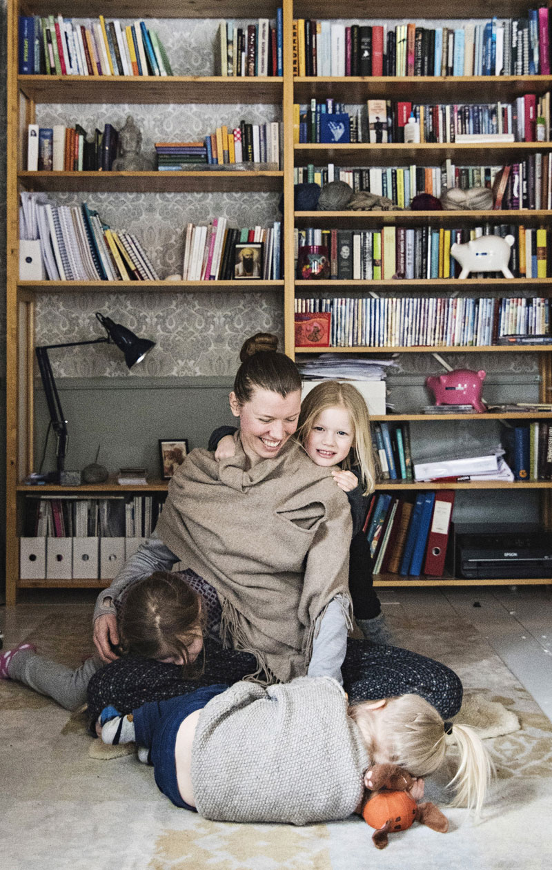 Noora ja hänen miehensä remontoivat Loviisasta purkukunoisen puutalon kodikseen. Perheen kolme lasta ovat syntyneet pienellä ikäerolla.