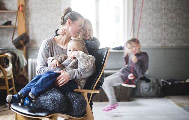Tytöt Greta, Ruth ja Ida mahtuvat keinumaan ja voimistelemaan vanhan talon korkeissa huoneissa.