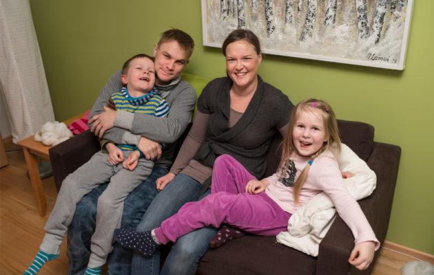 Kati Valjus ja Mikko Törmänen ovat poikansa Vilin kanssa tukiperheenä jo toiselle lapselle. Kun Eevi tulee kylään, perhe lähtee uimaan.