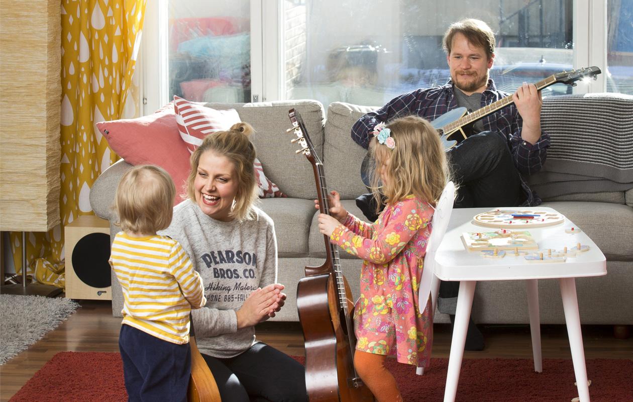 Leena Tirronen perheineen musisoi olohuoneessa
