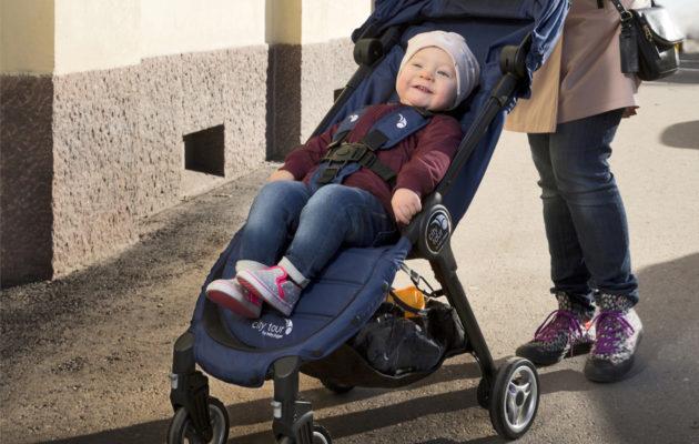 Baby Jogger City Tour -matkarattaissa mallina istui Kerttu, 1 v 6 kk. Kertun vaatteet Lindex, kengät omat.