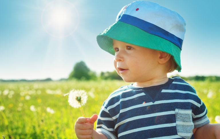 poika aurinkoisella pellolla
